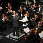 Garrido conducting the Latin Phil